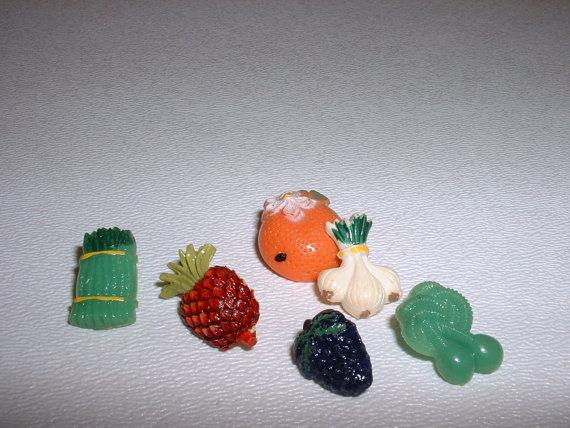 1950s-vintage-plastic-fruit-buttons