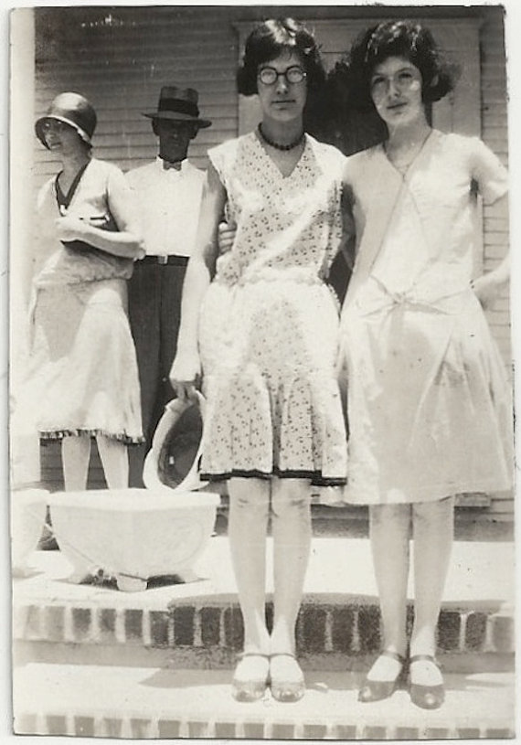 1920s vintage photo of stylish young women