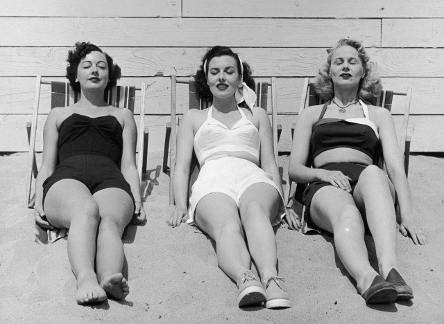 1950s-vintage-women-on-a-beach