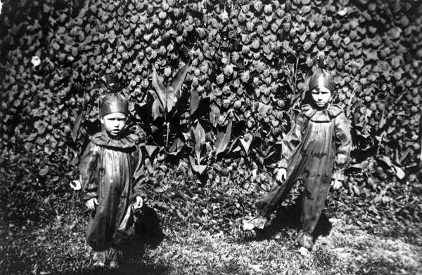 Kids-in-Halloween-costumes-Orlando-Florida-Circa-1930s.