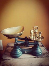 vintage weegschaal blauw met koper schalen