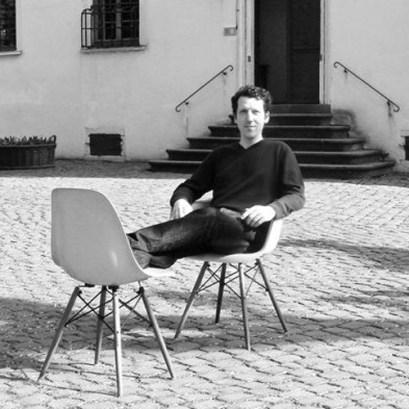 Joerg Astheimer mit Eames Chairs