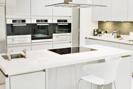 Remodelação de cozinha de luxo com móveis lacados alto brilho.