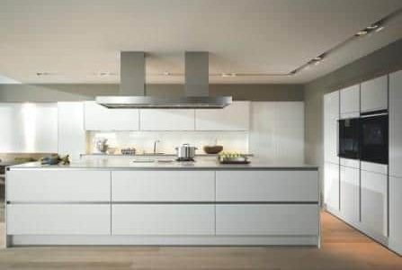 Remodelação de cozinha com móveis lacados.