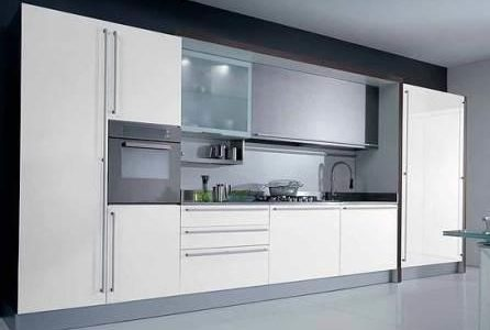 Remodelação de cozinha de luxo com móveis lacados.