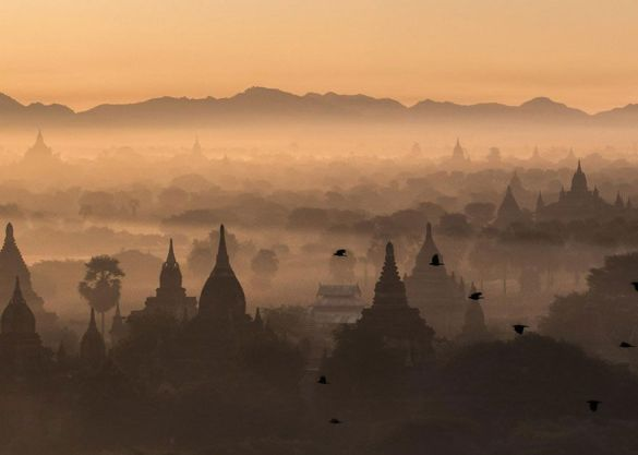 Amanecer en Bagan, Myanmar (Michael Kovler).