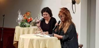 Violet wordt geïnterviewd door Miriam Guensberg