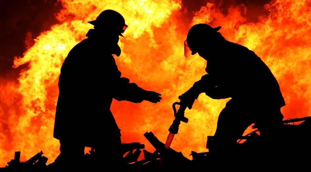 Три екипа огнеборци от Доспат и Велинград гасиха голям пожар в цех за пелети в Сърница