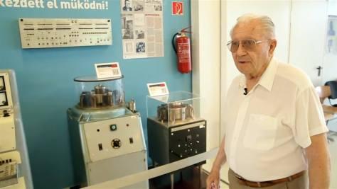 Muszka Dániel kibernetikus, informatikus a szegedi múzeumban mutatja be az M3-ast, az első Magyarországon épített számítógép máig fennmaradt részeit. Műsorunk után két nappal szomorú hírt kaptunk: Muszka Dániel 87 éves korában elhunyt. Forrás: A jövő múltja c. kiállítás