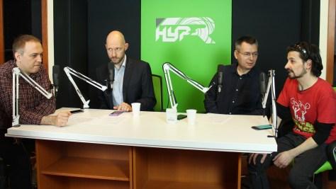 Az asztaltársaság balról jobbra: Herpai Gergely újságíró, Keleti Arthur IT biztonsági szakértő,Szilágyi Árpád műsorvezető és Réz B. Gábor
