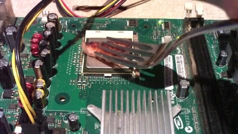 Serceg a szilikonzsír a Celeron processzoron, készül a grillezett hús – forrás: Cube Computer Channel/YouTube