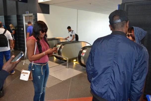 WUYUMA EUROPEAN TOUR: Arrivée de Viviane Chedid à l'aéroport d'Arlanda de Stockolm. Regardez