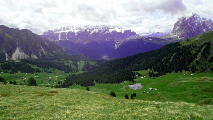 Krajina v narodním parku Parco Naturale Puez Odle kde můžete narazit na sviště, nebo kamtíky