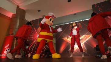 Maja takes center stage and wows the audience with a stunning dance number with her crew and Jollibee.