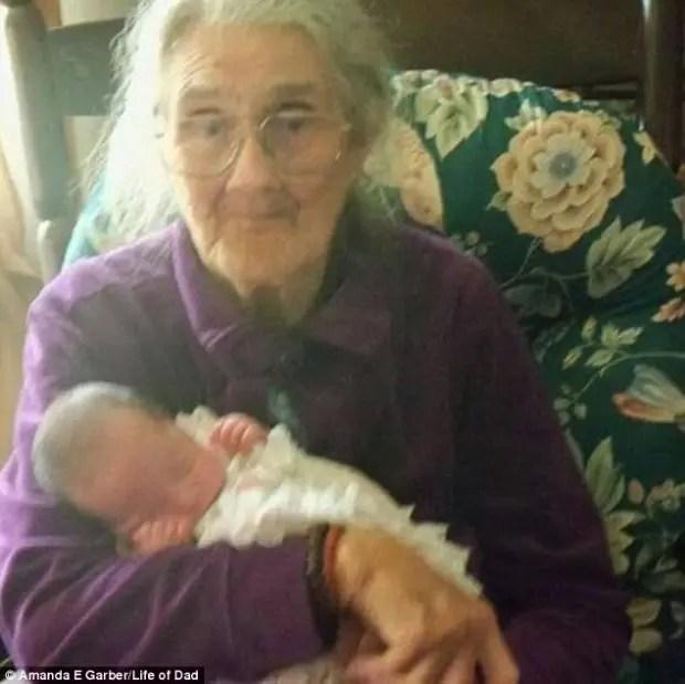 foto-abuela-sostiene-nieta-95-años