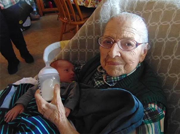 foto-tatarabuela-sostiene-nieto-99-años