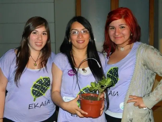 chicas-cargador-plantas