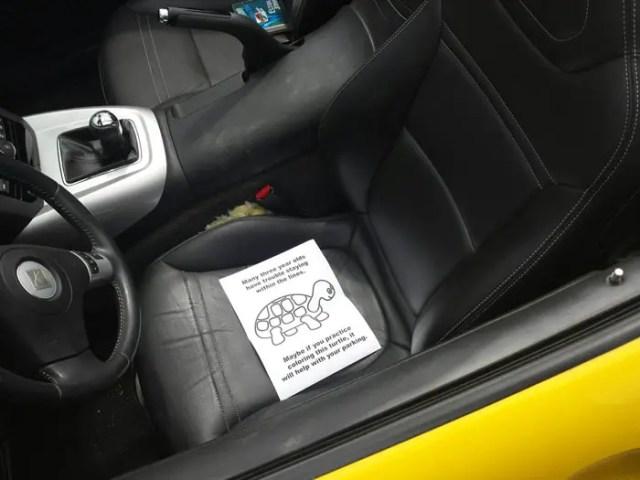 aviso-para-autos-mal-aparcados3