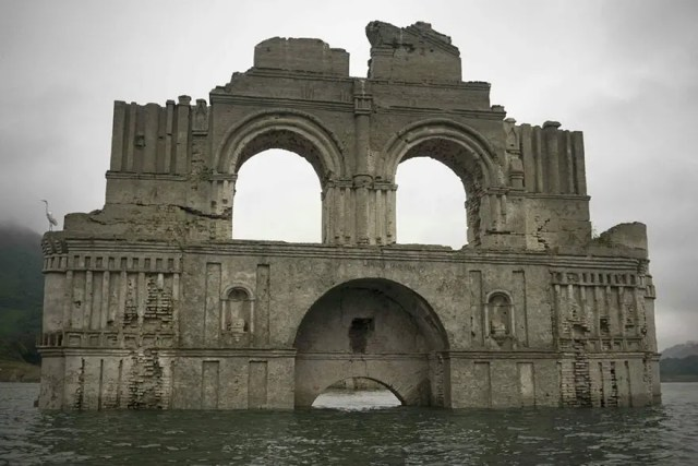 iglesia emerge de rio 2
