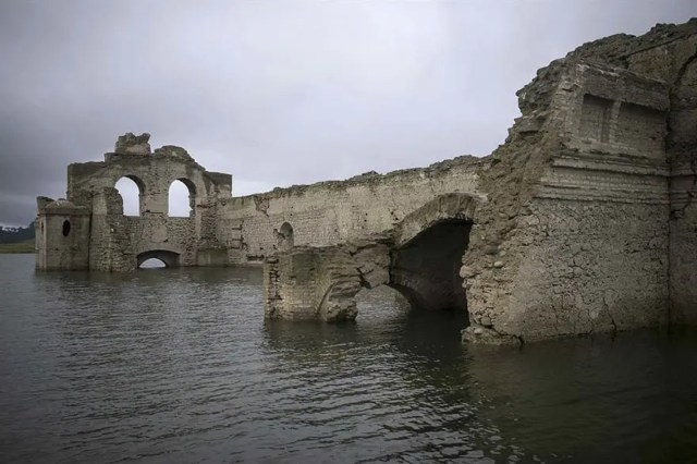 iglesia emerge de rio 5