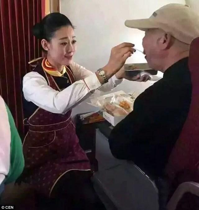 azafata-se-arrodilla-para-alimentar-a-pasajero-anciano2