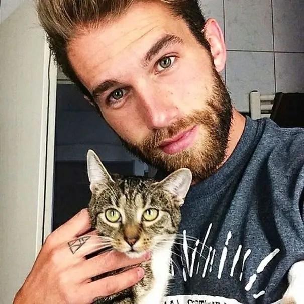 chicos bonitos con gatitos 15