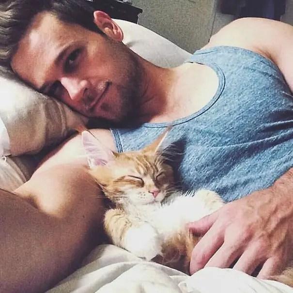 chicos bonitos con gatitos 7
