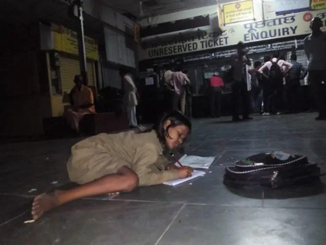 nina-india-hace-tarea-en-el-metro-no-tiene-electricidad-en-casa