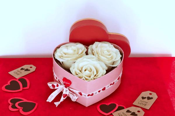 caja corazón de flores blancas