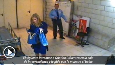 Grabación de Cifuentes mostrando el bolso a un policía