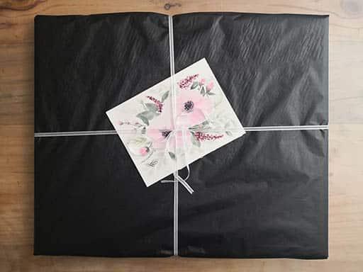 Emballage de tableau avant expédition avec carte de remerciement