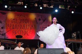 Korealainen nainen tanssimassa valkoisessa puvussa