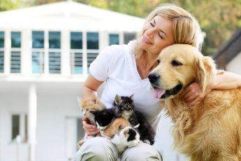 Donna con cane e gatti