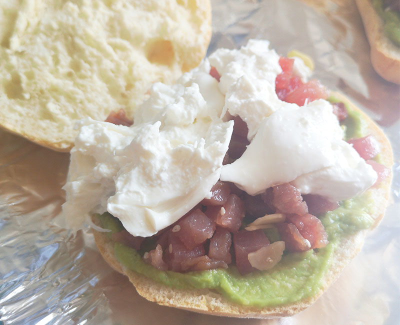 panino di mare con tartare di tonno burrata avocado pomodori secchi rucola preparazione ricetta ingredienti virosac magazine aggiunta formaggio