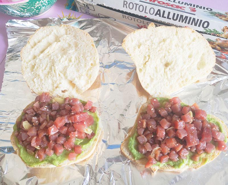 panino di mare con tartare di tonno burrata avocado pomodori secchi rucola preparazione ricetta ingredienti virosac magazine aggiunta tartare
