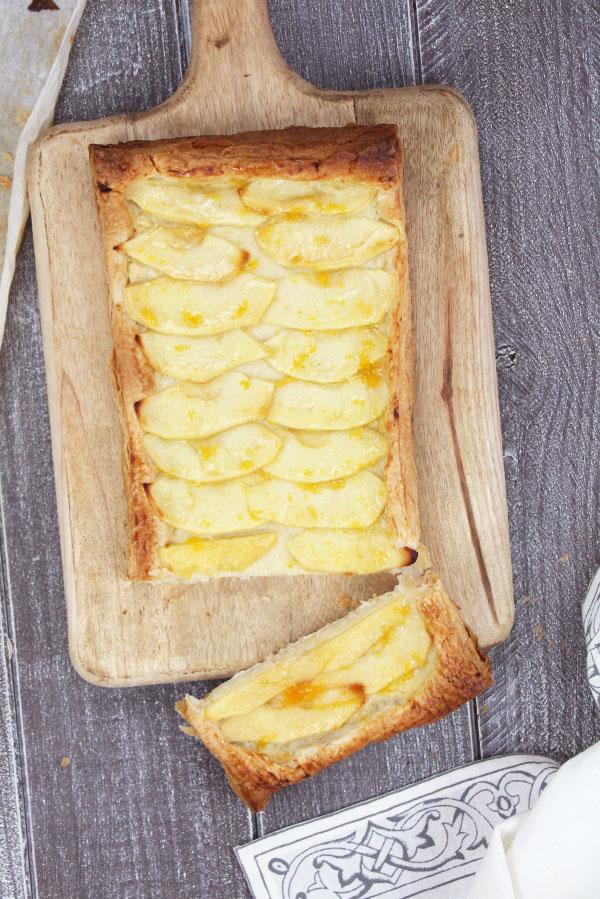 Clásica tarta de manzana con crema pastelera casera y una base de hojaldre crujiente.