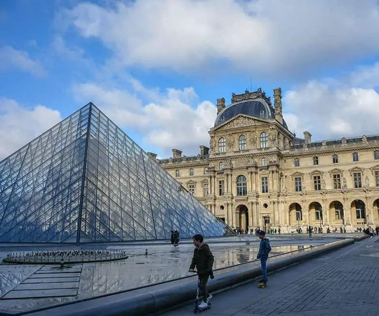 musee du louvre in paris france