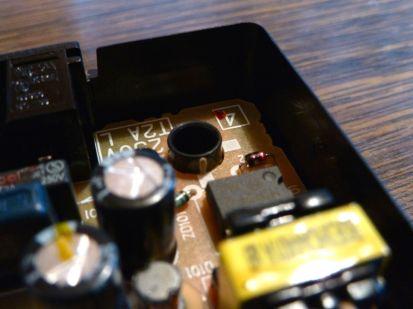 Une pointe de colle pour maintenir le circuit.