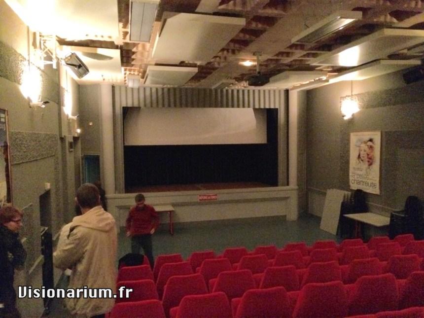 La scène de théâtre dévoile son rideau noir.