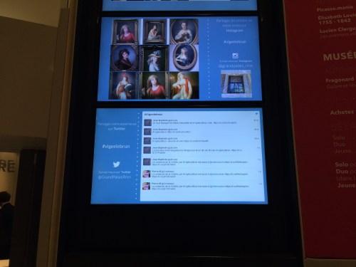 Entrée de l'expo Élisabeth Vigée Le Brun : le visiteur est attiré par les écrans et prévenu qu'il peut hashtaguer comme un foufou.