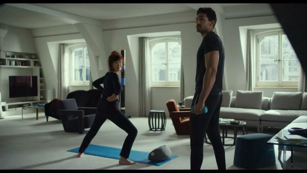 """Sabine Azéma dans """"Tanguy le retour"""", faisant sa gym avec son prof de sport dans une séquence totalement inutile de """"Tanguy 2""""."""