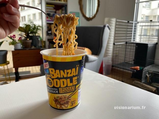 Des pâtes soulevées à la fourchette au dessus de leur pot Banzaï Noodle