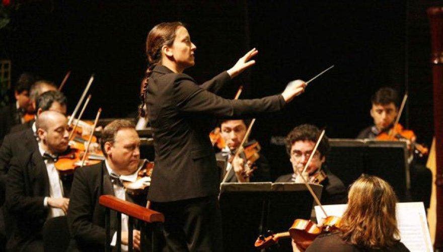 Resultado de imagen para personas normales dirigiendo una orquesta