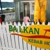 """""""Balkan"""" ligger like ved sjøen, med mange sitteplasser."""