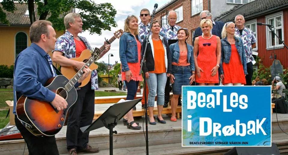 Beatleskoret i Drøbak synger våren inn på torget.