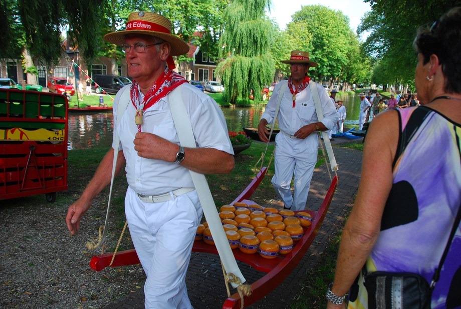 Best cheese markets of The Netherlands to visit | Things to do in Edam, The Netherlands | Information about the Edam cheese market | vpzone credits flickr Edam