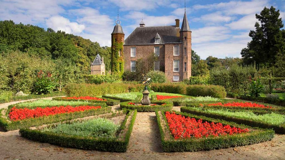 Zuylen Castle with its decorative garden is a Dutch castle at the village of Oud-Zuilen just north of the city of Utrecht. It is located along the river Vecht at the southern end of the Vechtstreek. Discover one of the best castles near Utrecht to visit