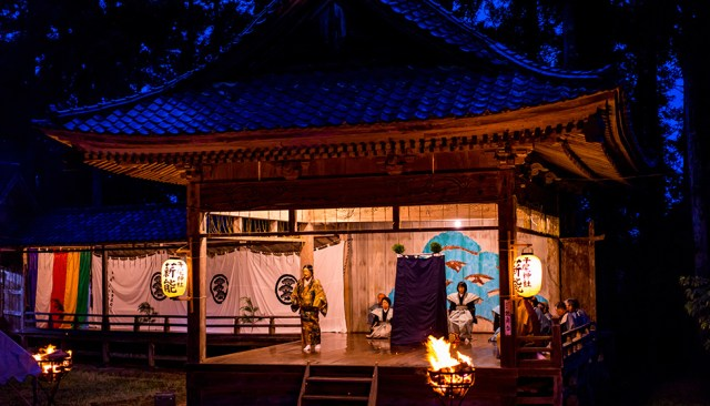 In every June, they hold Takigi Noh, the Noh performance played at night by the bonfire.