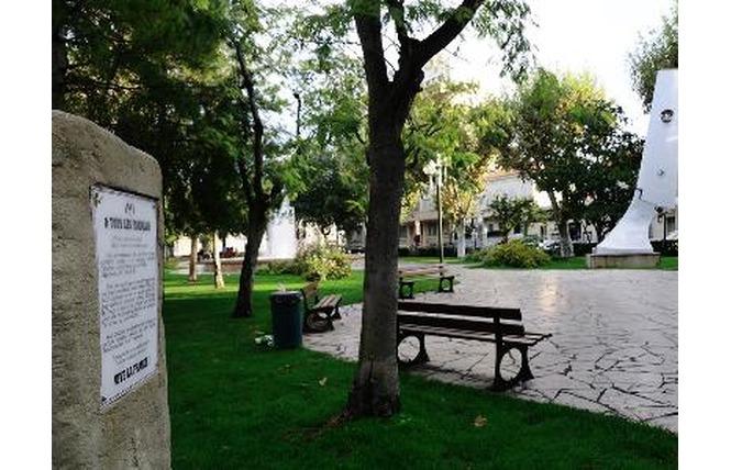 place du general de gaulle et son jardin d enfants office de tourisme salon de provence