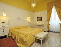 Las Tronas room